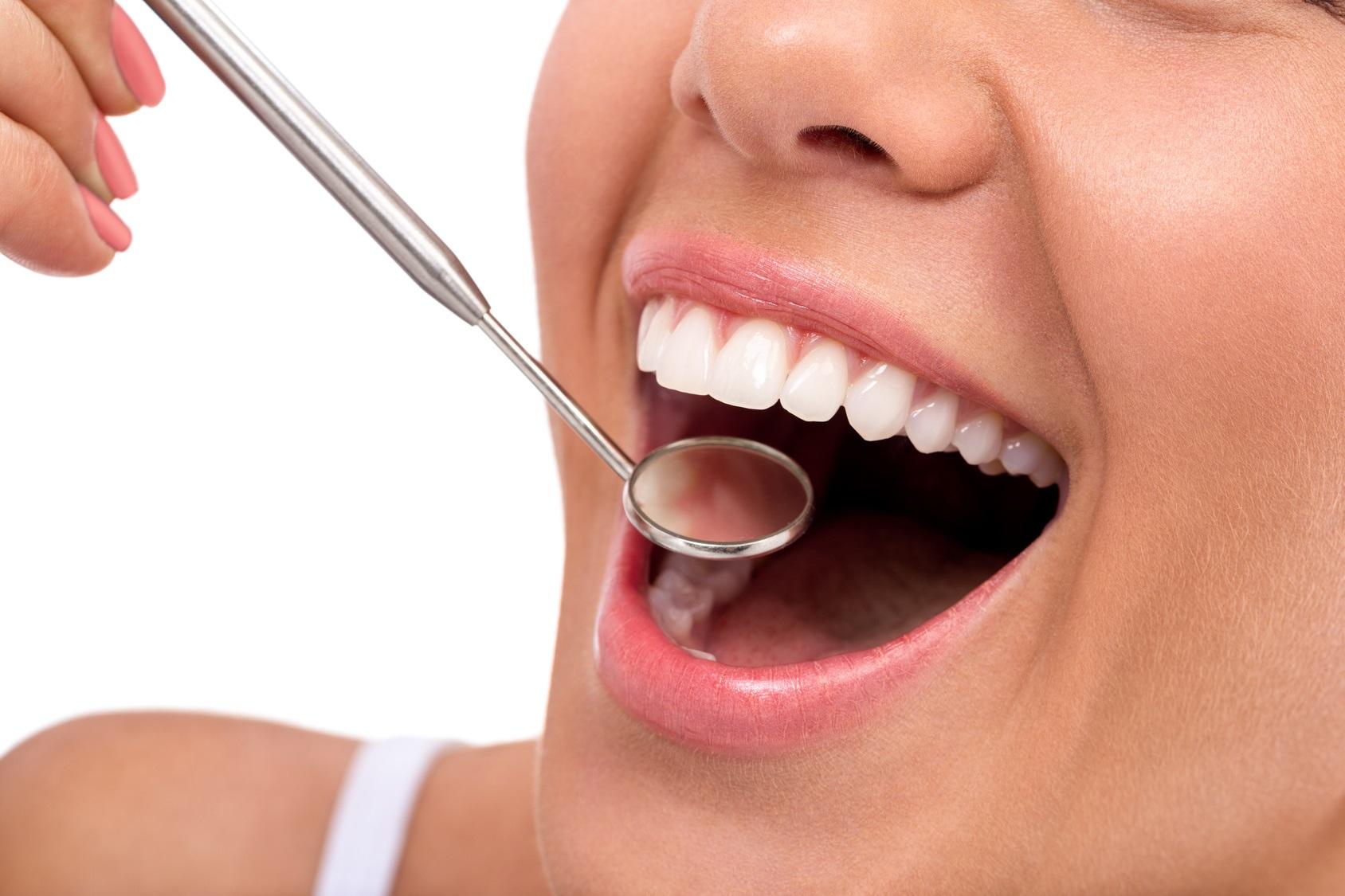 Brak zębów postarza i jest źródłem chorób. Jak temu zapobiec?